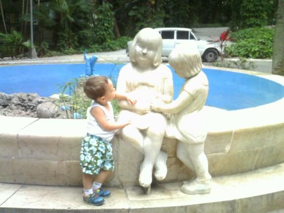 Joan Alejandro en la Fuente de los Niños, Zoológico de 26, La Habana. Foto: Juliette (mamá de Joan Alejandro) / Cubadebate
