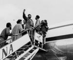 Fidel saluda desde la escalerilla del avión. Foto. Alberto Korda
