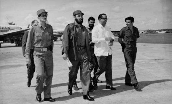 Fidel camina hacia el avión que lo conducirá al XV Periodo de Sesiones de la Asamblea de la ONU. Foto: Alberto Korda