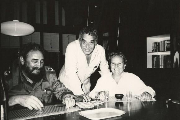 Gabriel García Márquez (c) junto a su amigo Fidel Castro (i) y a la agente literaria española Carmen Balcells tomada en los años 80 en La Habana.