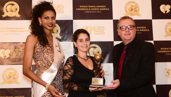 Chris Frost, Vicepresidente de World Travel Awards entrega el premio a Aeleen Ortiz Concepción, Subgerente del Hotel Nacional de Cuba. Foto: worldtravelawards.com