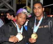 Joahnys Argilagos y Arlen López enseñan sus medallas de oro. Foto: Ismael Batista