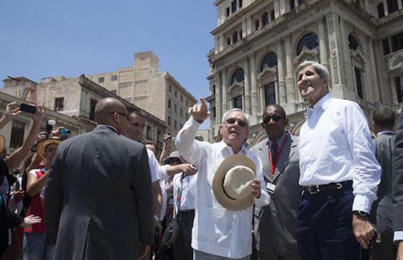 John Kerry, junto a Eusebio Leal en La Habana. Foto: Ismael Francisco/Cubadebate
