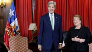 John Kerry le entregó los documentos personalmente a la presidente de Chile, Michelle Bachelet. Foto: Tomada de http://www.bbc.com