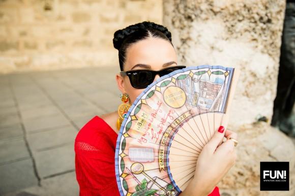 Katy Perry con abanico en La Habana. Foto: Cuenta de Instagram de la cantante