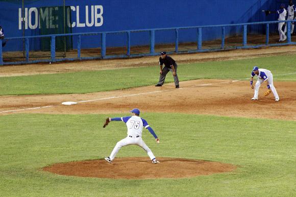 Jonathan Peguero realizó un gran relevo por los azules. Foto: José Raúl Concepción / Cubadebate