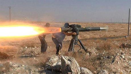 Miembros del EI disparan desde el complejo antiataque estadounidense TOW. Foto: Tomada de rt.com