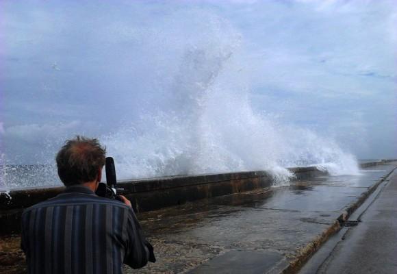 El director de cine inglés Julien Temple filma marejada en el Malecón habanero. Foto: Mónica Rivero.