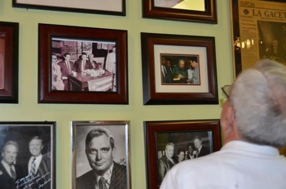 Patrick Manteiga, editor del periódico La gaceta le muestra a Leal la galería fotográfica donde aparece una instantánea que le dedicara Fidel Castro