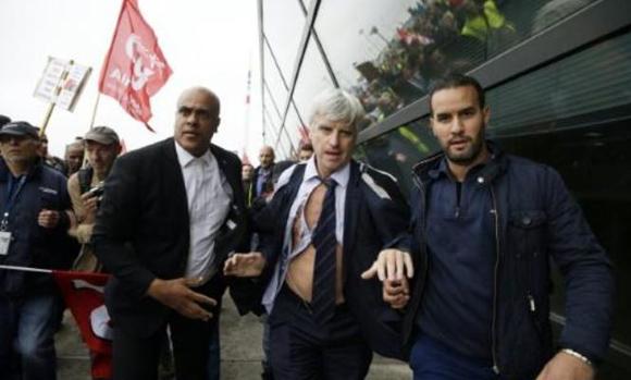 Las autoridades lograron sacar a Pierre Plissoner, pero aun así terminó descamisado. Foto: AFP.