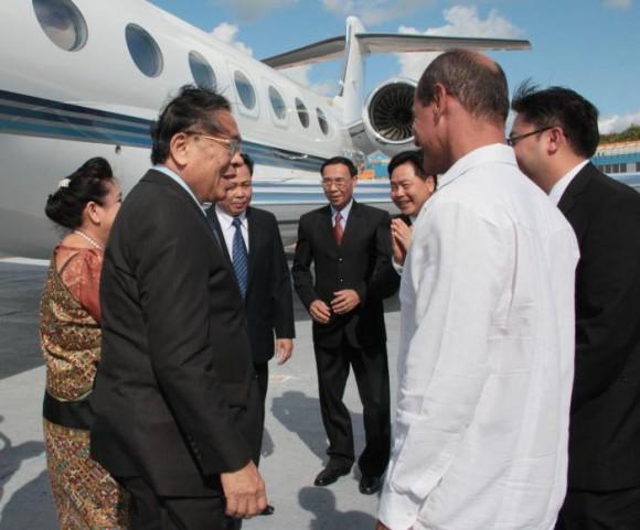 El Presidente de Laos en su llegada a Cuba. Foto: Yaimí Ravelo/Granma
