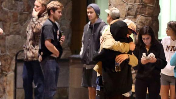 Estudiantes de una Universidad de Arizona tras el tiroteo de la madrugada de este viernes. Foto: AP