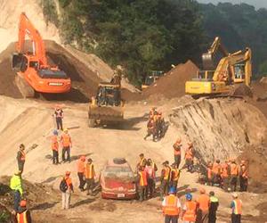 Trabajos de remoción de tierra tras el alud. Foto: Conred Guatemala