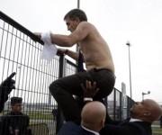 Xavier Broseta cruza la valla para salir. Foto: AFP.
