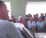 El doctor Eugenio Casola, vicedirector de urgencias del hospital Manuel Ascunce Domenech, explica a los familiares la situación actual de los accidentados.