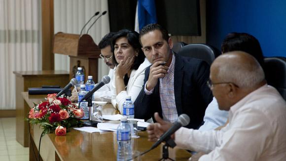 Integrantes del panel de la conferencia sobre el bloqueo de Estados Unidos hacia Cuba. El periodista, Oliver Zamora Oria, actuó como moderador. Foto: Ismael Francisco/Cubadebate