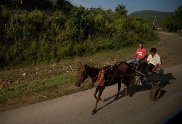 ¿Con qué otro medio de transporte se puede conversar?. Foto: Ismael Francisco/ Cubadebate.