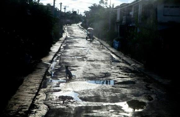 La calle haciendo aguas. Foto: Ismael Francisco/ Cubadebate.