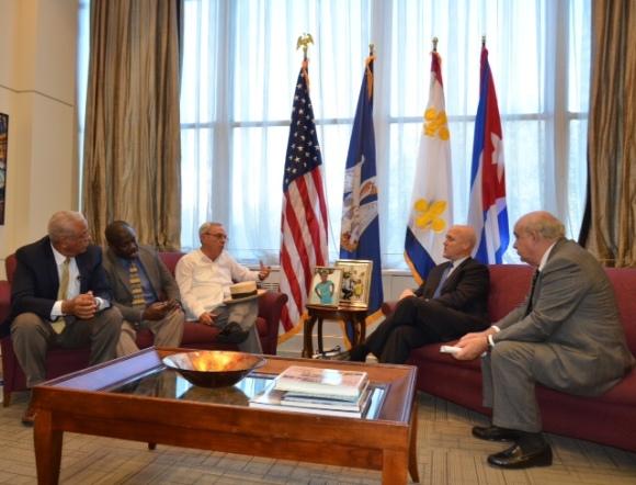 El Historiador de La Habana, Eusebio Leal, es recibido por el alcalde de New Orleans, Mitch Landrieu.