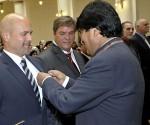 El Presidente Evo Morales condecora a seis héroes cubanos, con la medalla Legión de Honor Mariscal Andrés Santa Cruz, en el grado Caballero, por su lucha permanente contra el terrorismo. Fotos. Freddy Zarco/ ABI.