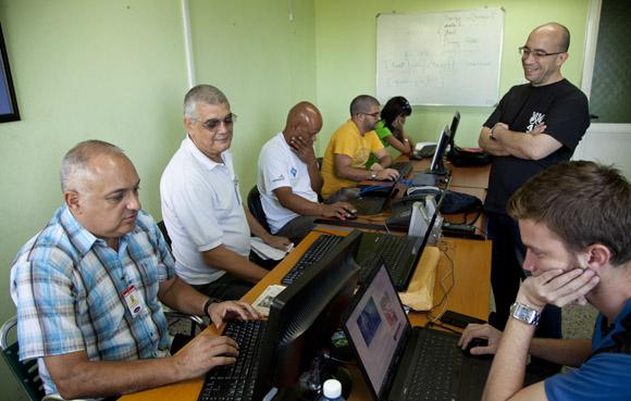 El equipo de Cubadebate, Heriberto Suárez y Tony Castillo en el Foro Debate. Foto: Ismael Francisco/Cubadebate