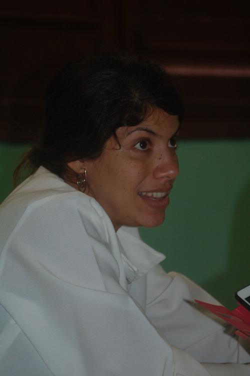 Darielys Santana realiza la purificación de un conjugado similar a los principios activos de la vacuna heptavalente cubana contra los neumococos, en el laboratorio de investigación de Glicoconjugación del CQB.