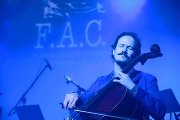 Brendan Jan Walsh interpretando el chelo en el Havana Classical Rave. Foto: Tomada del sitio de Facebook del Festival Les Voix Humaines.