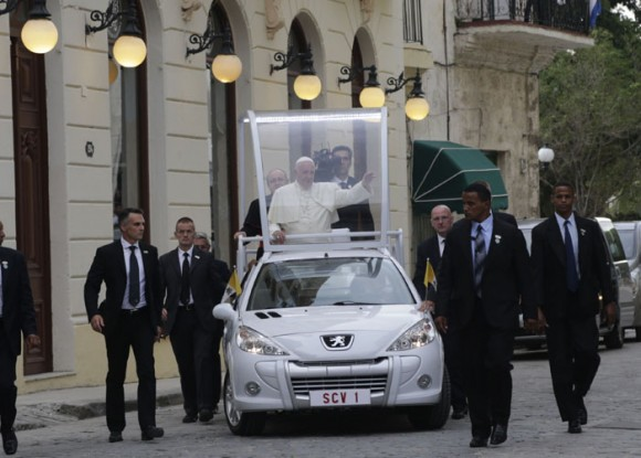 Francisco llega a la  Catedral de La Habana.  Foto: Ismael Francisco/ Cubadebate