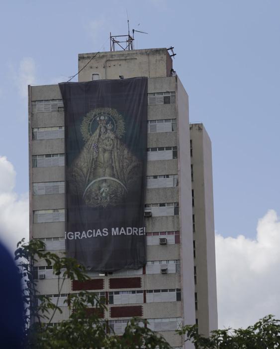 Misa en Holguín. El pendón de la Virgen que cuelga desde el edificio es una obra del artista Cosme Proenza.  Foto: Ismael Francisco/ Cubadebate