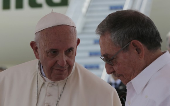 Raúl despide a Jorge Mario Bergoglio. Foto: Ismael Francisco/ Cubadebate