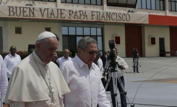 Junto a Raúl en el Aeropuerto Internacional Antonio Maceo de Santiago de Cuba. Foto: Ismael Francisco/ Cubadebate