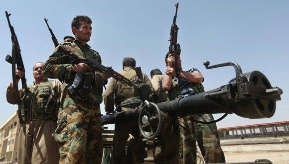 Kurdos combaten a las fuerzas del Estado Islámico. Foto: AP.