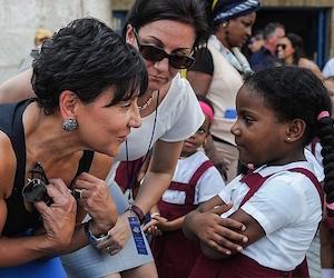 La Secretaria de Comercio conversa con una niña durante un recorrido por La Habana  Vieja. Foto: Yamil Lage/ AFP
