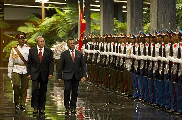 Raul Castro, presidente de Cuba, junto al  primer ministro de Timor-Leste, Rui María de Araujo. Foto: Ismael Francisco/Cubadebate