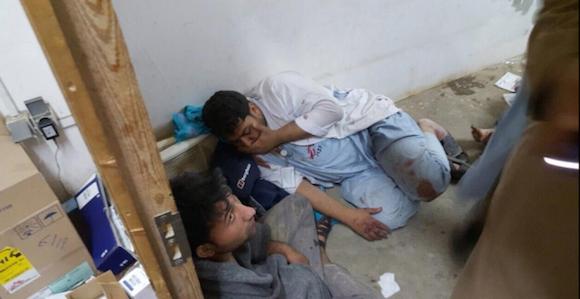 Trabajadores de Médicos Sin Fronteras en estado de shock tras el bombardeo al hospital de Kunduz. Foto: AJ News