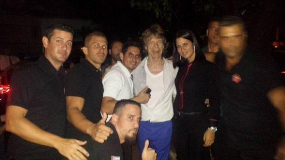 Mick Jagger con trabajadores del restaurante Sangri La Foto: Página de Facebook de Sangri La.