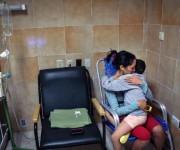 Elizabeth Navarro con su pequeña hija Noemí Bernárdez, enferma de cáncer en un hospital oncológico de Cuba. Foto: AFP.