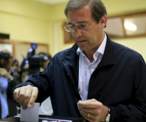 Primer ministro de Portugal, Pedro Passos, vota en las elecciones legislativas de este domingo. Foto: El Mundo.