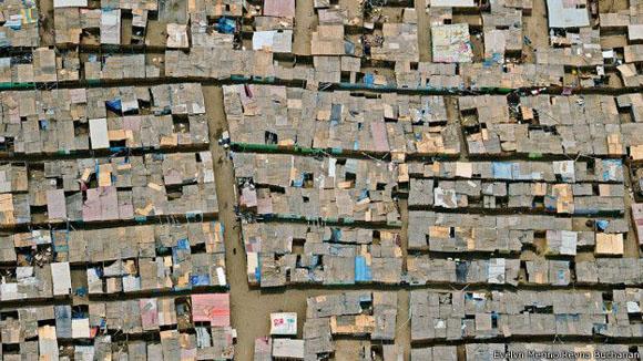 Pobreza. En el barrio de Santa Rosa las casas están hechas con esteras y carecen de servicios públicos. Foto: Evelyn Merino Reyna Buchanan.