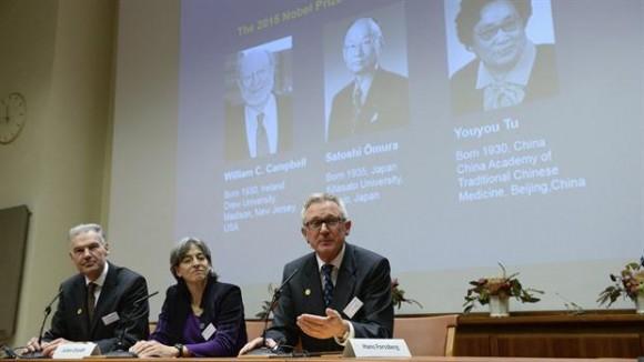 El irlandés William Campbell, el japonés Satoshi Omura y la china Youyou Tu fueron galardonados este lunes con el Premio Nobel de Medicina por haber desarrollado tratamientos contra infecciones parasitarias y la malaria.