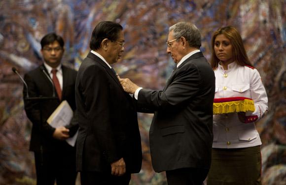 Condecora Raúl Castro al Presidente de Lao
