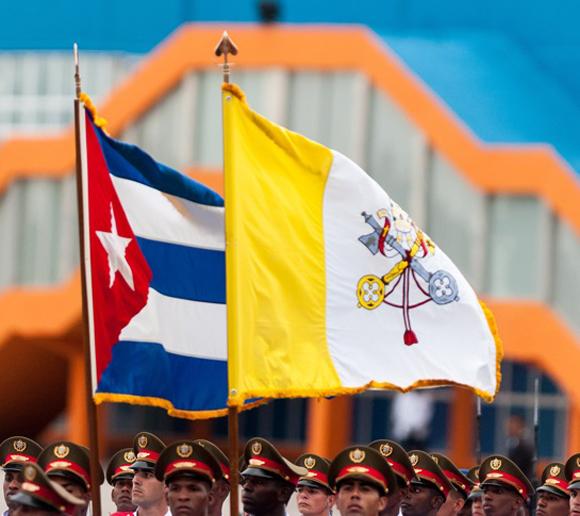 Bandera cubana y del Vaticano. Foto: Calixto N. Llanes / Juventud Rebelde