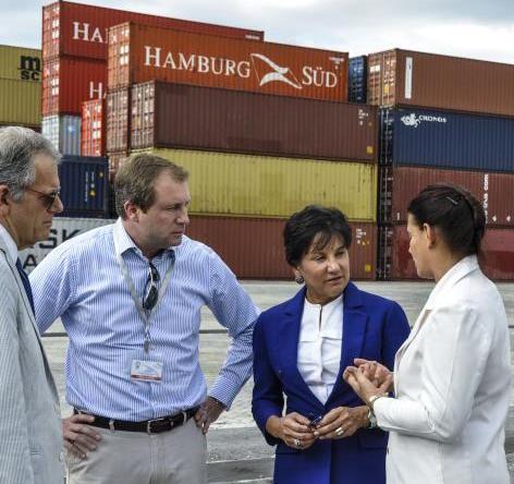 Penny Pritzker (C), Secretaria de Comercio de Estados Unidos, recorrió hoy la Zona Especial de Desarrollo Mariel (ZEDM), acompañada de Ana Teresa Igarza (D), directora general de la Oficina que regula la Zona, en el Mariel, provincia de Artemisa, el 6 de octubre de 2015. AIN FOTO/Marcelino VAZQUEZ HERNANDEZ/sdl