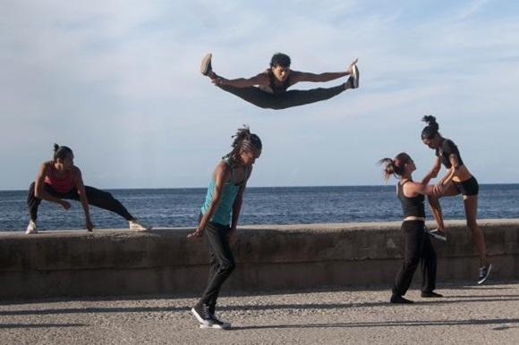 Presentación de la Compañía de Danza Contemporánea de Rosario Cárdenas  durante la realización de un pasacalles en el marco del XVI Festival Internacional de Teatro de La Habana, en el Malecón de la capital de Cuba. Foto: AIN