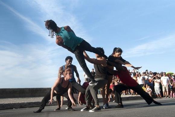 Presentación de la Compañía de Danza Contemporánea de Rosario Cárdenas  durante la realización de un pasacalles en el marco del XVI Festival Internacional de Teatro de La Habana, en el Malecón de la capital de Cuba. Foto: AIN.