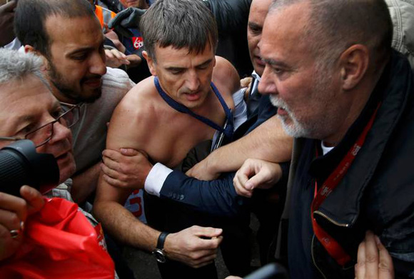 Xavier Broseta agredido por trabajadores violentos. Foto: Reuter.