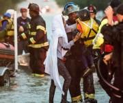 Esta mujer y su pequeño hijo fueron rescatados por los servicios de emergencia tras quedar atrapados en su coche en medio de la inundación en Columbia, Carolina del Sur. Foto: Sean Rayford.