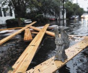 Una pequeña escultura dejada por los residentes locales se ve en una calle inundada en el centro de Charleston, Carolina del Sur. Foto: Mladen Antonov/ AFP.