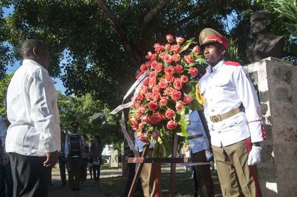 Cyril Ramaphosa, Vicepresidente de la República de Sudáfrica,  coloca una ofrenda floral ante el busto de Oliver Tambo, ubicado en el Parque de los Próceres Africanos, en La Habana, Cuba, el 26 de octubre de 2015. AIN /Roberto Morejón Rodríguez