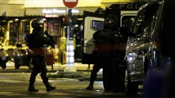 Fuerzas de seguridad francesas desplegadas en los alrededores de uno de los restaurantes objetivo de los atentados de París.